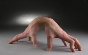 Какой рукой лучше всего владеет?