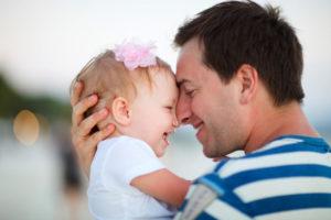 Проводит много времени с ребенком от предыдущего брака