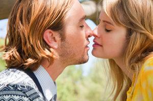Почему возникает желание поцеловаться с человеком?