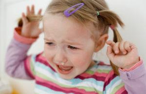 Почему малыш выдергивает у себя волосы?
