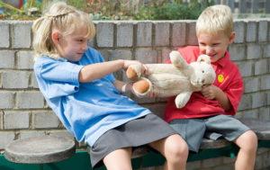 Что делать, если малыш не способен постоять за себя в детском саду или школе?