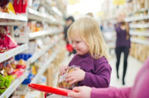 Как наказать ребенка за кражу в магазине?