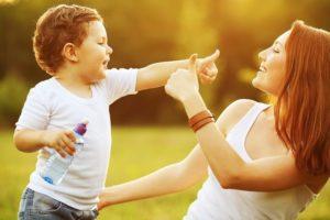 Почему годовалый малыш бьет маму по лицу: причины