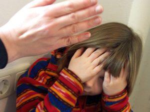 Почему родители бьют детей: причины и последствия