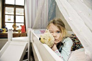 Почему невозможно уложить ребенка днем или на ночь?