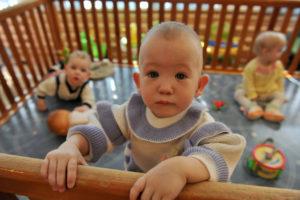 Каковы особенности развития младенцев при материнской депривации?